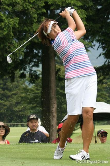 福嶋晃子 2週連続優勝を狙う福嶋晃子は、首位と3打差とまずまずの位置に