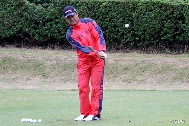 強い風雨の中で練習ラウンドをこなし、最後の調整に努める藤田寛之