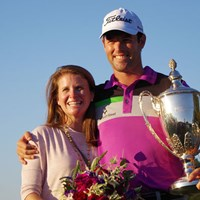 三つどもえのプレーオフを制したロバート・ストレブ。妻のマギーさんと優勝の喜びを分かち合った 2014年 マックグラッドリークラシック 最終日 ロバート・ストレブ