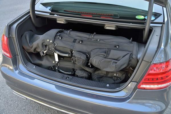 Eクラスのトランクにも、軽量バッグが3つ