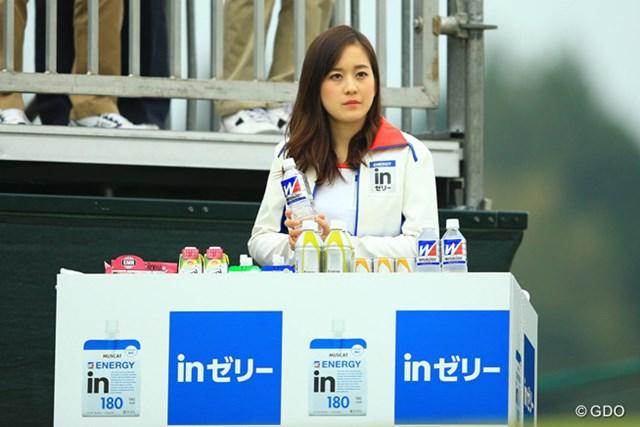 2014年 樋口久子 森永レディス 初日 1番ティ 「私、最後の組までず~っとこの格好なのかしら・・・。さすがに腕がつりそうですわ・・・。」