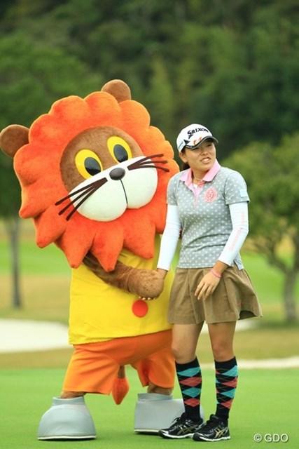 2014年 樋口久子 森永レディス 最終日 勝みなみ(アマ) 若いですねぇ。女の子ですねぇ。表彰式中、森永製菓さんのキャラクターと戯れてました(笑)
