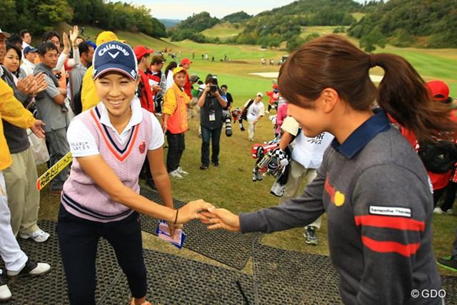 2014年 樋口久子 森永レディス 最終日 上田桃子 アテストテント前では、後輩の堀奈津佳選手が待ち構えてました。