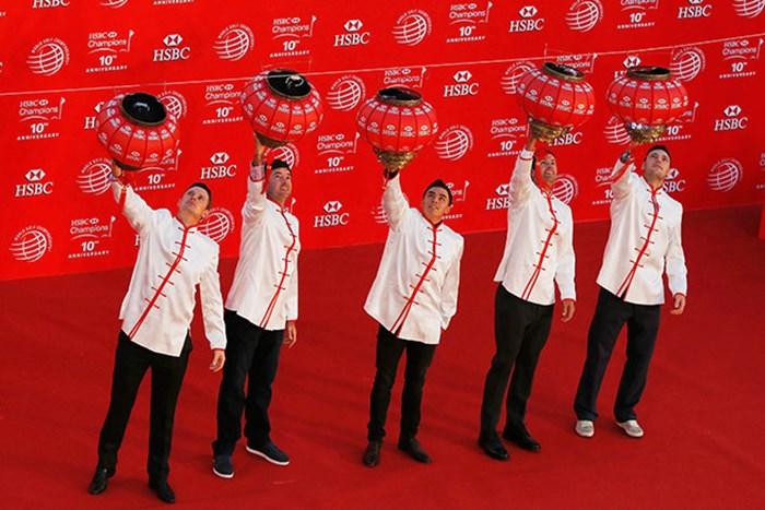 中国提灯を掲げる(左から)ジャスティン・ローズ、バッバ・ワトソン、リッキー・ファウラー、アダム・スコット、マーティン・カイマー(Scott Halleran/Getty Images) 2014年 WGC HSBCチャンピオンズ 事前 ジャスティン・ローズ バッバ・ワトソン リッキー・ファウラー アダム・スコット マーティン・カイマー
