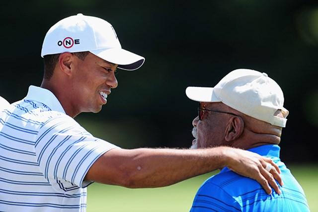 シフォード氏(右)の受章にウッズは「あなたの献身があったから、僕は今日ゴルフができる」とツイートした。撮影は2009年(by Stuart Franklin/Getty Images)