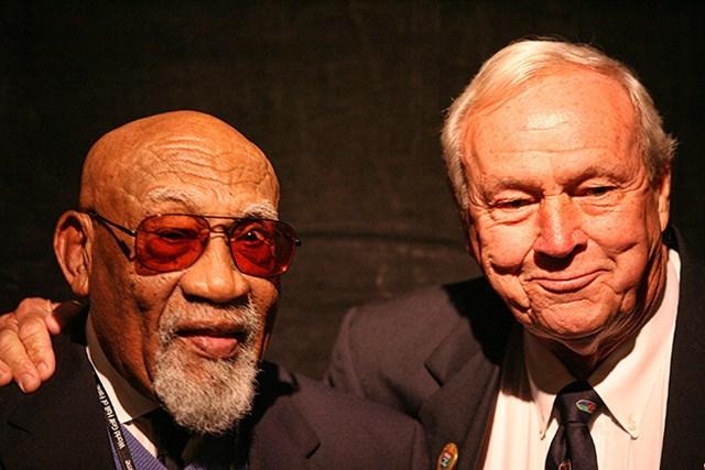 大統領自由勲章が決まったチャーリー・シフォード氏(左)。2009年、世界ゴルフ殿堂入りのセレモニーでアーノルド・パーマーと(Marc Serota/Getty Images for the World Golf Hall of Fame)