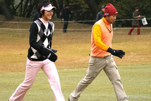 石川遼(左)&片山晋呉 17番ではマスターズに関する話題で、互いに笑顔が見られた