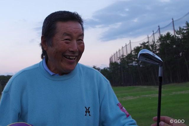 2014年 ダンロップフェニックストーナメント 事前 尾崎将司 石川遼が作ってきたクラブとジャンボ作のオリジナルを物々交換。「これは俺のコンペの景品」と石川のサイン入りクラブにご満悦の尾崎将司