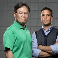 タイガー・ウッズの新コーチとして注目を集めるクリス・コモ(右)と、テキサス女子大で生物力学を教えるヨン・フー・クウォン教授(Robert Seale /Sports Illustrated/Getty Images) クリス・コモ