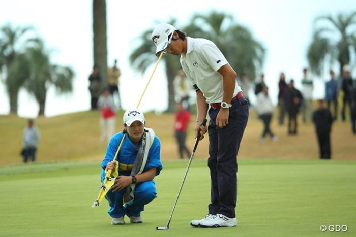 この日は石川のアドレスを妹の葉子さんが背後でチェック 2014年 カシオワールドオープンゴルフトーナメント 2日目 石川遼 石川葉子