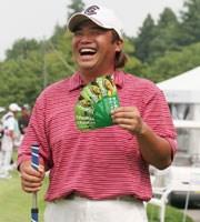 翌週のUBS日本ゴルフツアー選手権 宍戸ヒルズの会場に大量に送られてきた所属先モスバーガーの飲食チケット片手に「全英のご褒美にって、こんなにもらっちゃった」と大喜び! 佐藤えいち
