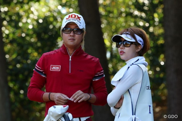 2014年 ゴルフ日本シリーズJTカップ 2日目 ホ・インヘ 今週は彼女のユク・ウンチェさんをキャディにして二人三脚。兵役前の最後のトーナメントを戦うホ・インヘ