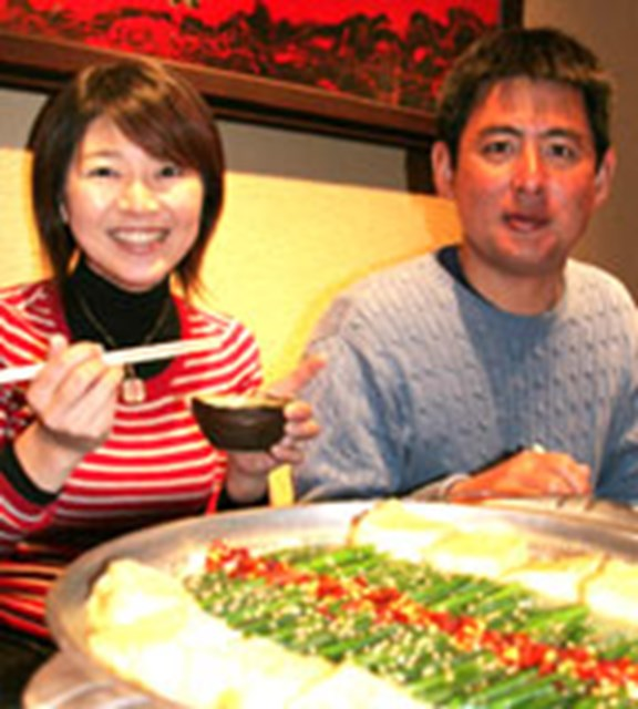 出発直前、夫婦揃って地元・福岡名物の「もつ鍋」をつつき、パワーアップをはかる!!
