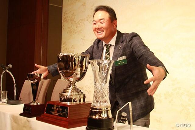 2014年 JGTO表彰式 小田孔明 獲得した4つのトロフィーを抱きかかえる小田孔明。来年はいくつ獲れる?
