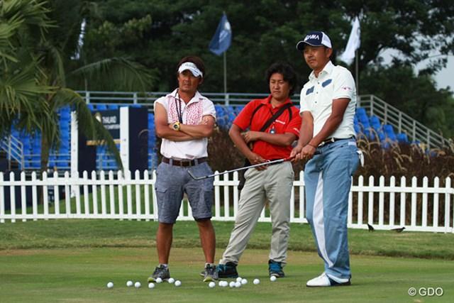 ホールアウト後、入念にアプローチ練習を続けた岩田寛