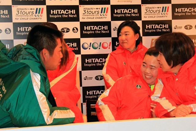 開幕前日の合同会見の合間に話し込む池田(左)とアン・ソンジュ
