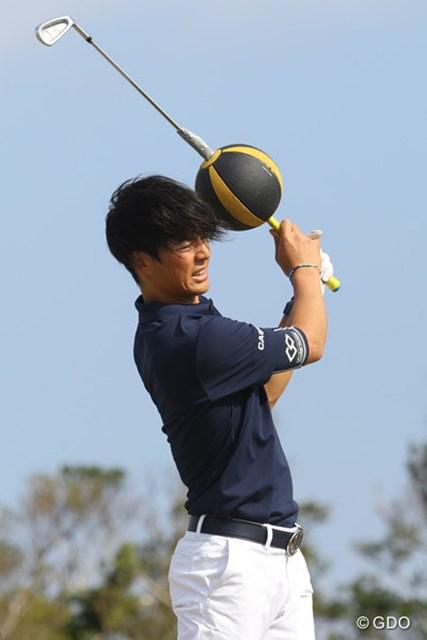 沖縄で合宿中の石川遼。メディシンボールの刺さったクラブでトレーニング