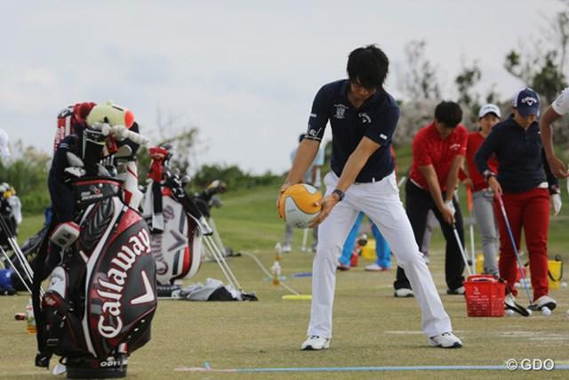 他選手が打ち込みを続ける中、石川はメディシンボールを飛球線の反対方向へ投げる練習
