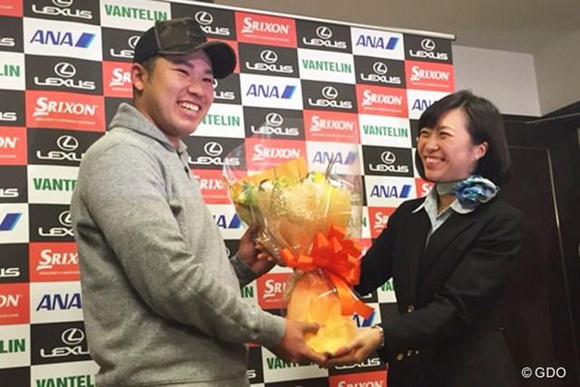 ANAから花束を贈られ笑顔を見せる松山英樹。2015年初戦のハワイへGo!