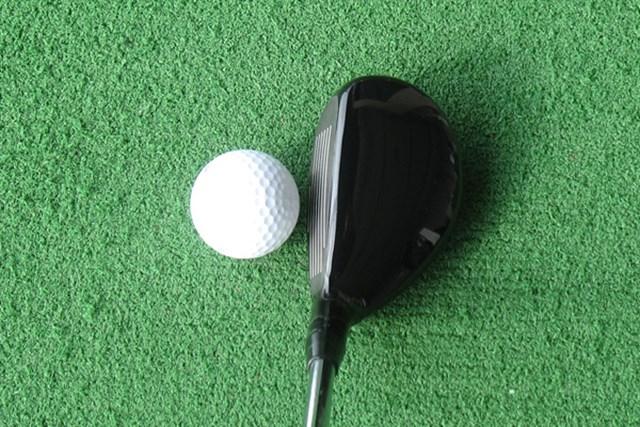 構えてみると、ヘッドのトウ側にボリュームがあり、アイアンを彷彿させる形状。左へのミスを嫌がるゴルファーと相性が良さそうだ