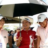 スタート前、横峯の日傘に納まる横山倫子(左)と若林舞衣子(右) 横峯、横山、若林