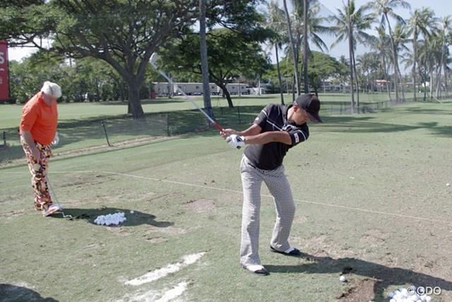 練習場ではジョン・デーリーの隣で打ち込みを行った岩田寛。ひそかに気合い入ってます。