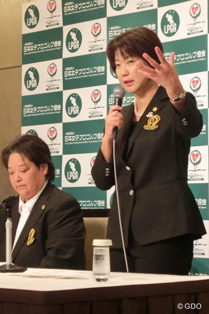 日本女子プロゴルフ協会(LPGA)のサーバーが不正アクセスを受けた。来季のツアー日程を発表する小林浩美LPGA会長(右)
