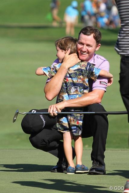 優勝を決めたグリーン上で、駆け寄ってきた息子を抱きしめるジミー・ウォーカー