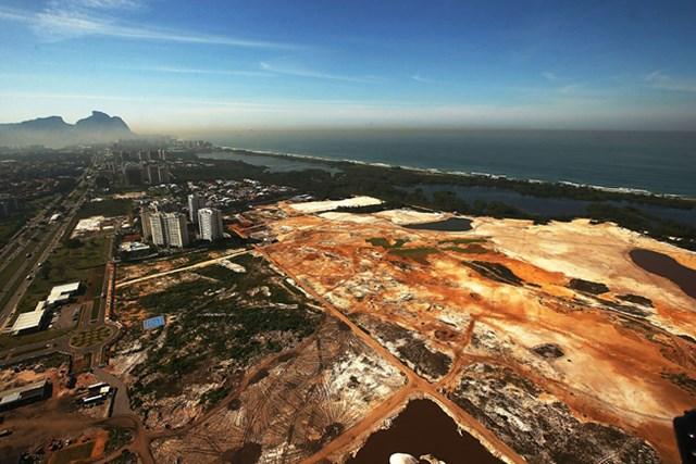 昨年6月末に撮影されたリオデジャネイロに建設中の五輪用ゴルフコース(Mario Tama/Getty Image)