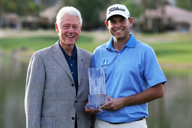 2人のビル。「ヒュマナチャレンジ クリントンファウンデーション」を制したビル・ハースはトロフィを手に、ビル・クリントン元米大統領とともに笑顔を浮かべた