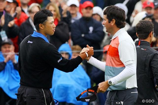 2015年 ウェイストマネジメント フェニックスオープン 2日目 松山英樹 同組のワトソンとガッチリ握手。松山は必死の巻き返しで予選通過を確実にした