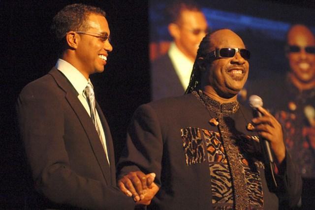 2005年、募金を集める目的で開催している「タイガー・ジャム」で、スティービー・ワンダーとの競演が実現した(L.Cohen/Getty Images)