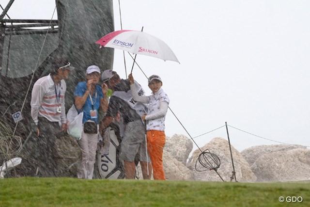 豪雨に見舞われてサスペンデッドに。最終組の横峯さくらは前半15番グリーン上で中断となった