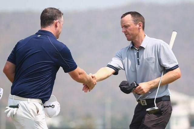 北アイルランドのM.ホーイ(写真右)が「64」をマークして、8アンダー単独首位の好スタートを切った(Ian Walton/Getty Images)