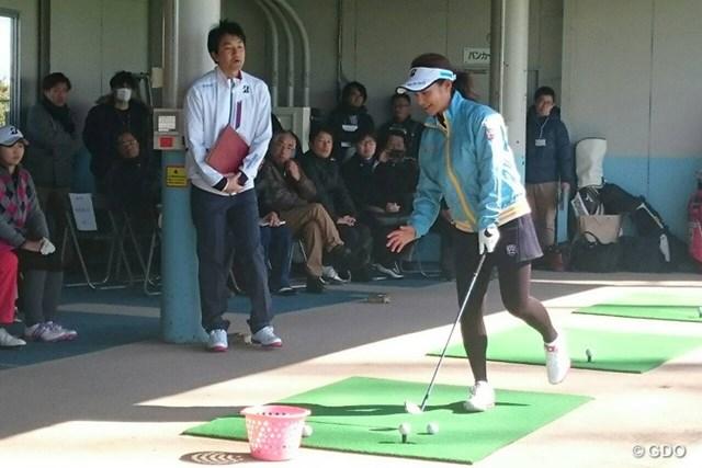 朗らかな陽気となったバレンタインデー、宮里藍は熱心にアマチュアゴルファーを指導した