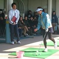 朗らかな陽気となったバレンタインデー、宮里藍は熱心にアマチュアゴルファーを指導した 2015年 ISPSハンダ オーストラリア女子オープン 事前 宮里藍