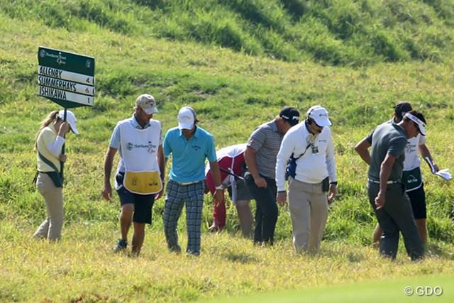 8番で茂みでボールを捜索する石川と同伴競技者。この時点でスコアは+1だった