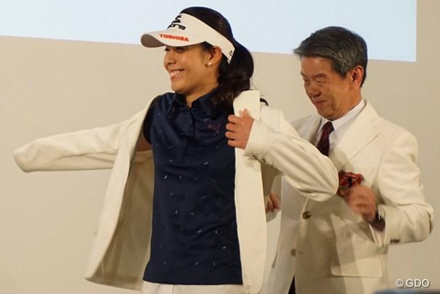 契約用のジャケットを羽織る豊永「優勝してジャケットが着たいです」