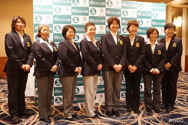 小林浩美会長(右から4番目)、鈴木美重子(5番目)、伊藤佳子(3番目)両副会長ら全8人の理事による新体制が発足した