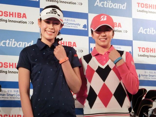 東芝とのスポンサー契約会見に出席した豊永(左)と掘(右)
