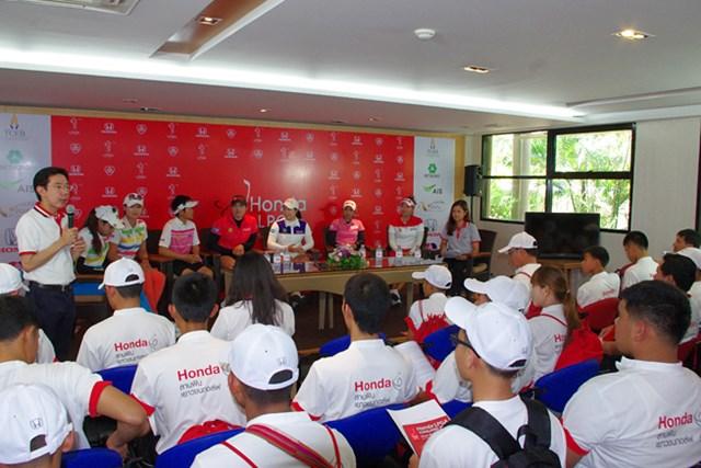 タイ人選手の話を熱心に聞く高校生たち