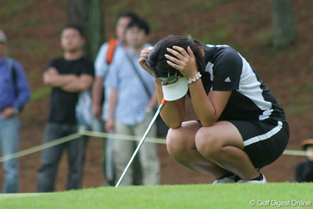 We Love KOBEサントリーレディスオープンゴルフトーナメント3日目 諸見里しのぶ 「今日はエネルギー切れでした」。疲れたのか、グリーン上で頭を抱える諸見里しのぶ