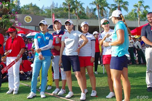 エイミー・ヤンを18番グリーン脇で見守る韓国人選手たち