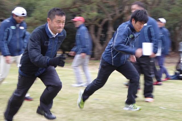 若手と一緒に宮崎で合宿に参加した横田真一(写真左)