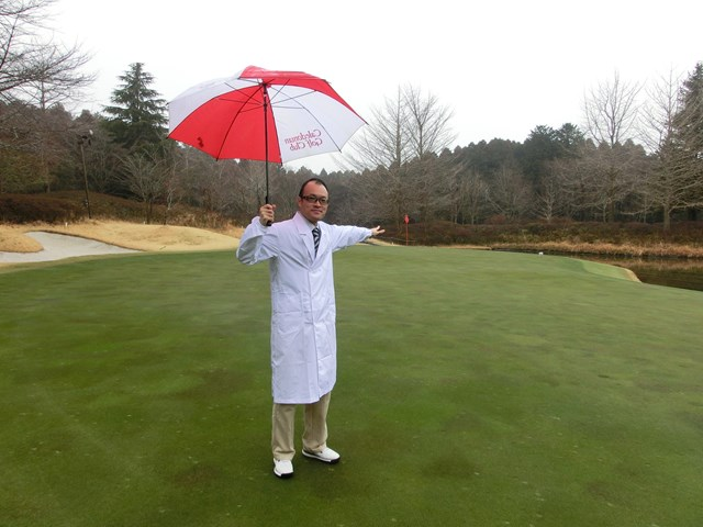 """S吉クン2ピンポジション_雨ポジ あそこが""""雨ポジ""""! 確かに周囲より高い場所にカップが切られているのが分かる。"""
