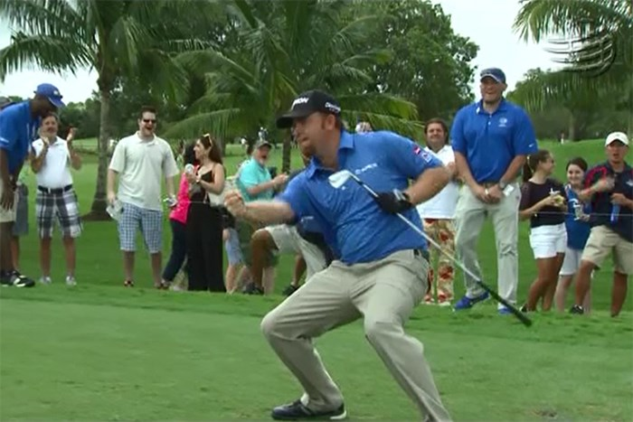 4番でホールインワンを決めたJ.B.ホームズは派手なガッツポーズを見せた ※PGAツアーハイライト動画より 2015年 WGCキャデラック選手権 3日目 J.B.ホームズ