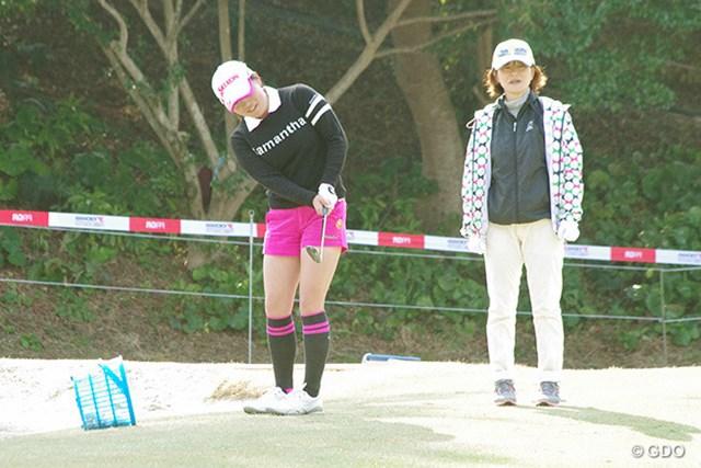 勝みなみは母・久美さんとアプローチを確認。「おじいちゃんが高知は暑いと言ったから、半ズボンしか持ってきていない」