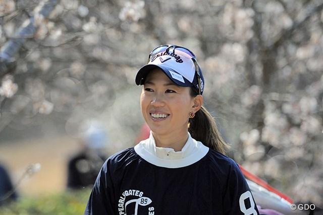 2015年 ヨコハマタイヤPRGRレディスカップ 初日 上田桃子 スタートから連続バーディを決めて、早咲きのサクラ並木を満面の笑顔で行くモモチ。