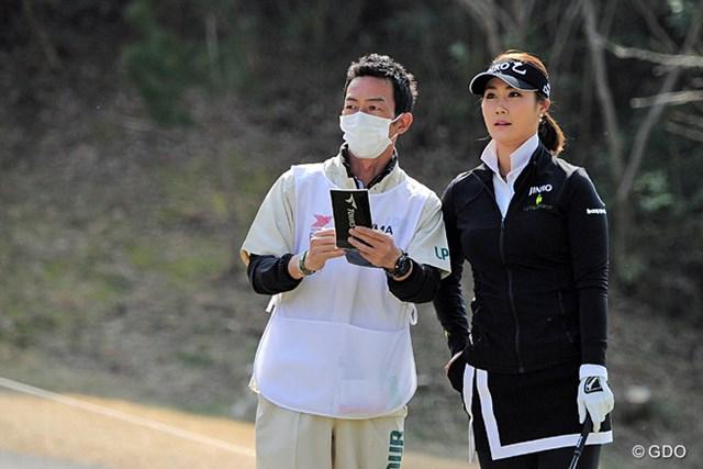 キャディはかつて丸山茂樹プロとコンビを組んでたサイトー君。どういう縁で韓国のスターとコンビを?