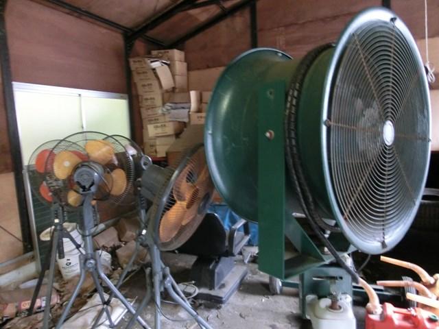 S吉クン4_移動式扇風機 夏場になると出動する小さな(といっても家庭用よりはだいぶ大きい)扇風機がゴルフ場の倉庫で出番を待っている。